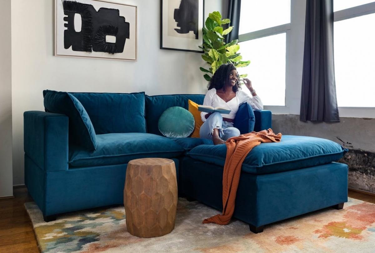 Với những loại sofa góc, bạn có thể chọn sofa 2-3 khoang. Ngoài ra, chọn sofa thiết kế như hình tam giác sẽ giúp bạn có thể thoải mái duỗi chân và thư giãn hơn.