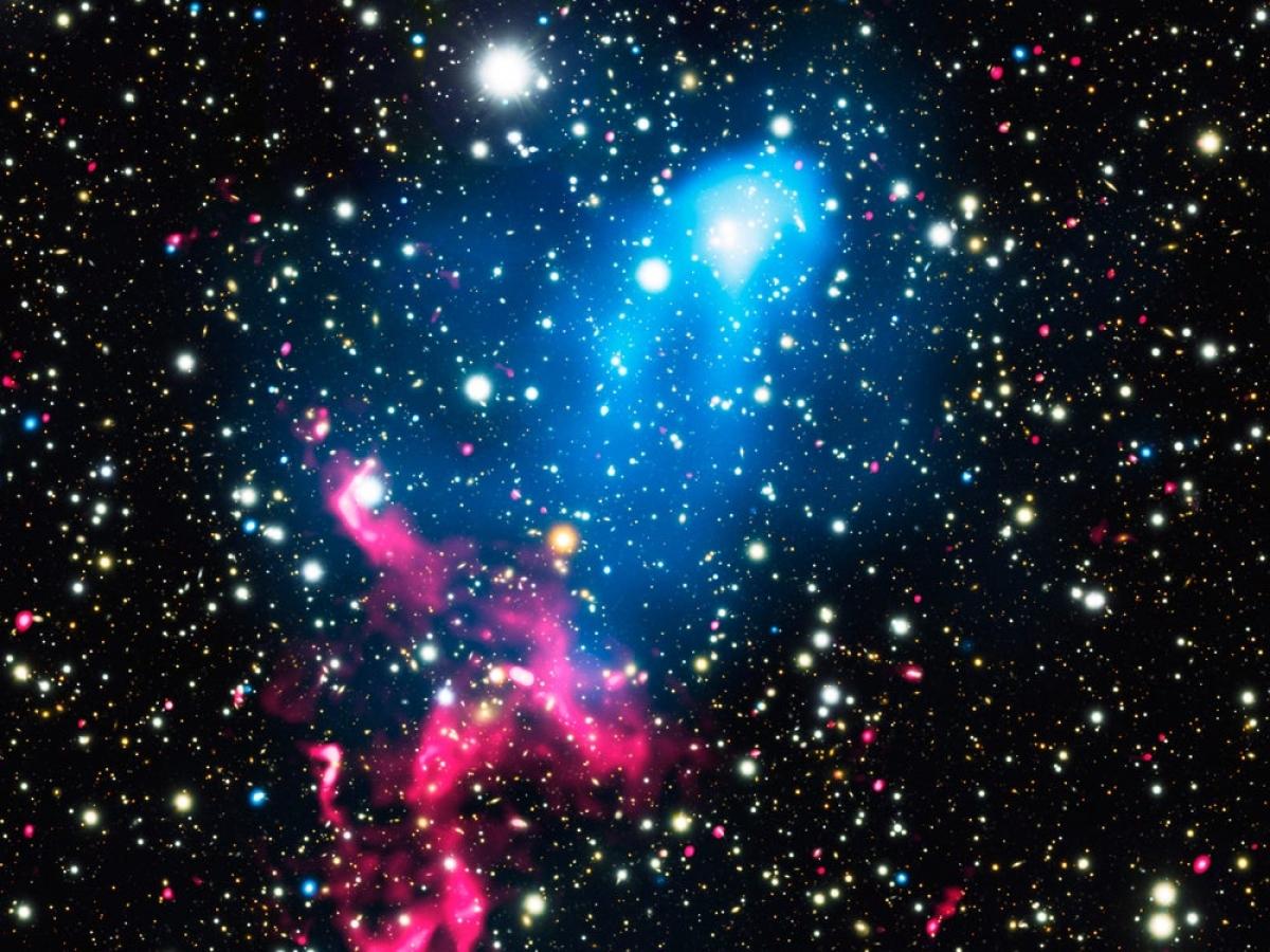 Hình ảnh ấn tượng của NASA cho thấy 2 thiên hà và 1 hố đen.