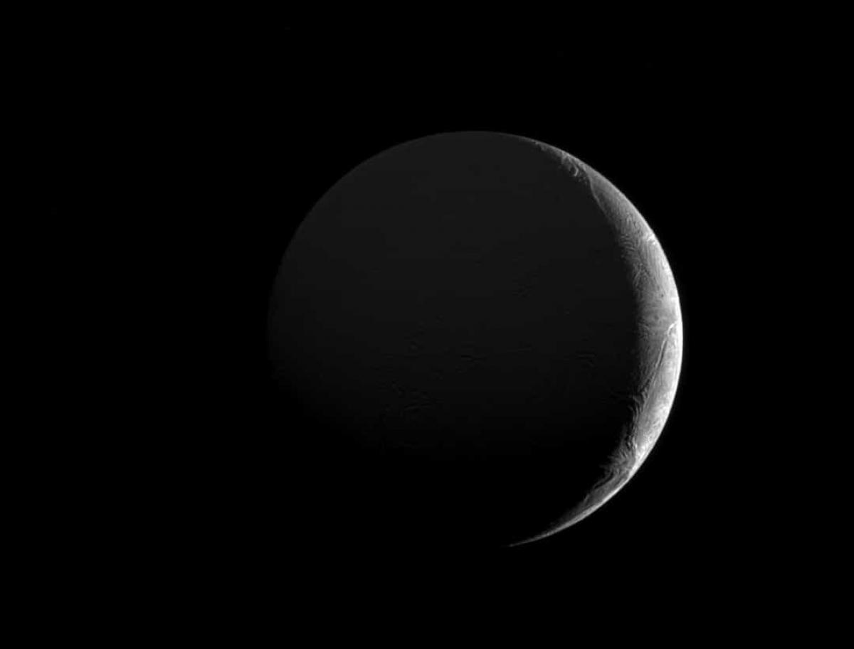 Ánh sáng chiếu vào một phần của Enceladus - mặt trăng của sao Thổ.