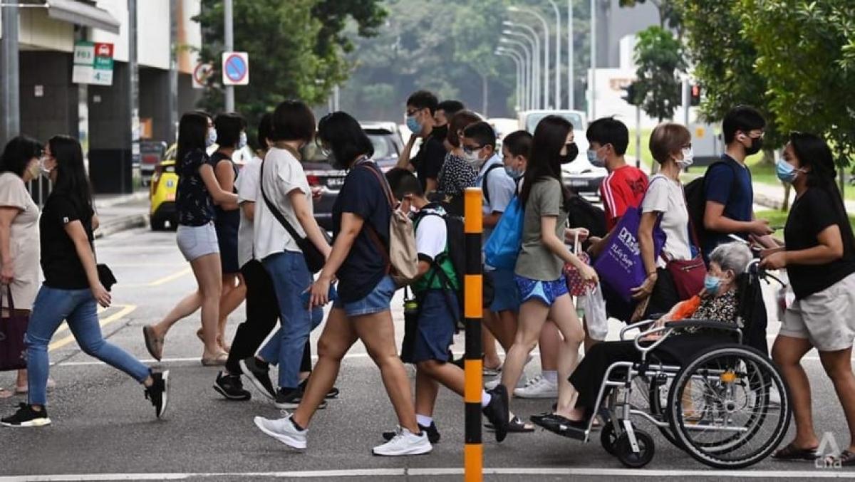 Người dân đeo khẩu trang ở nơi công cộng tại Singapore. Ảnh: CNA