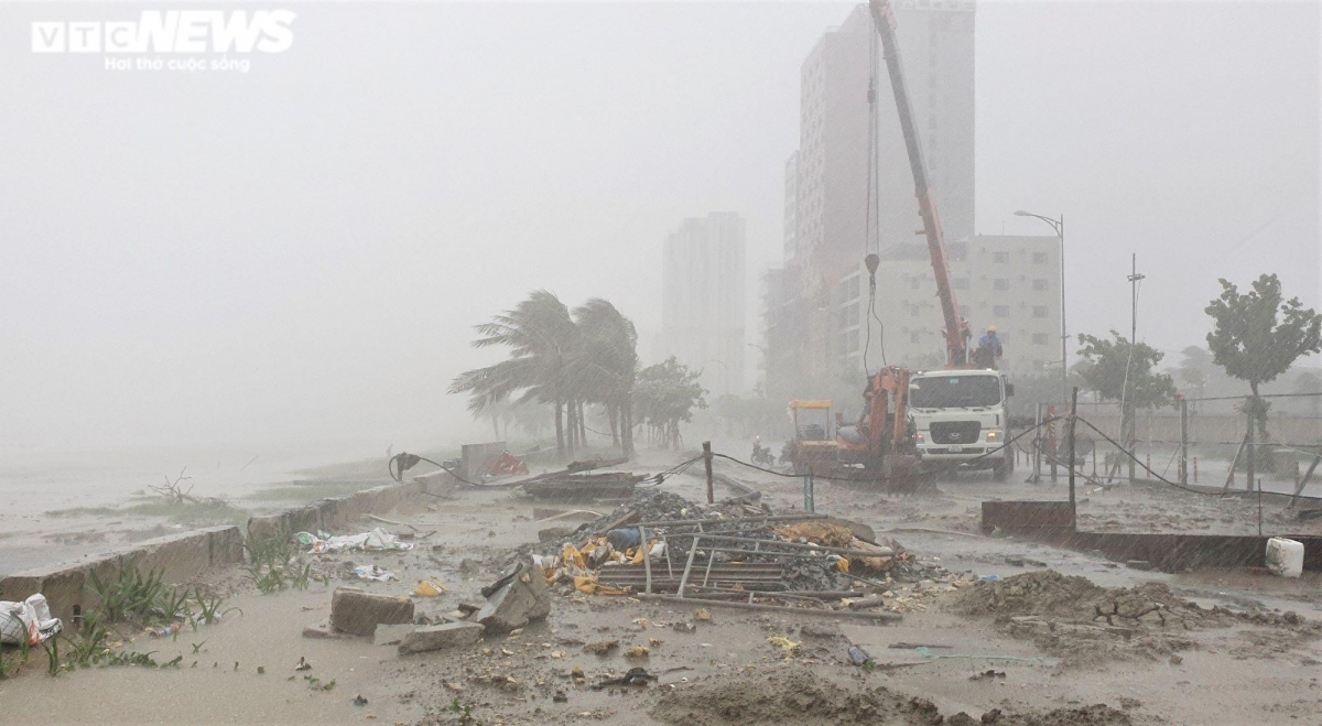 Though Conson is yet to make landfall, strong winds and high tidal surges have damaged parts of the sea embankment system in Da Nang city. (Photo: VTC)