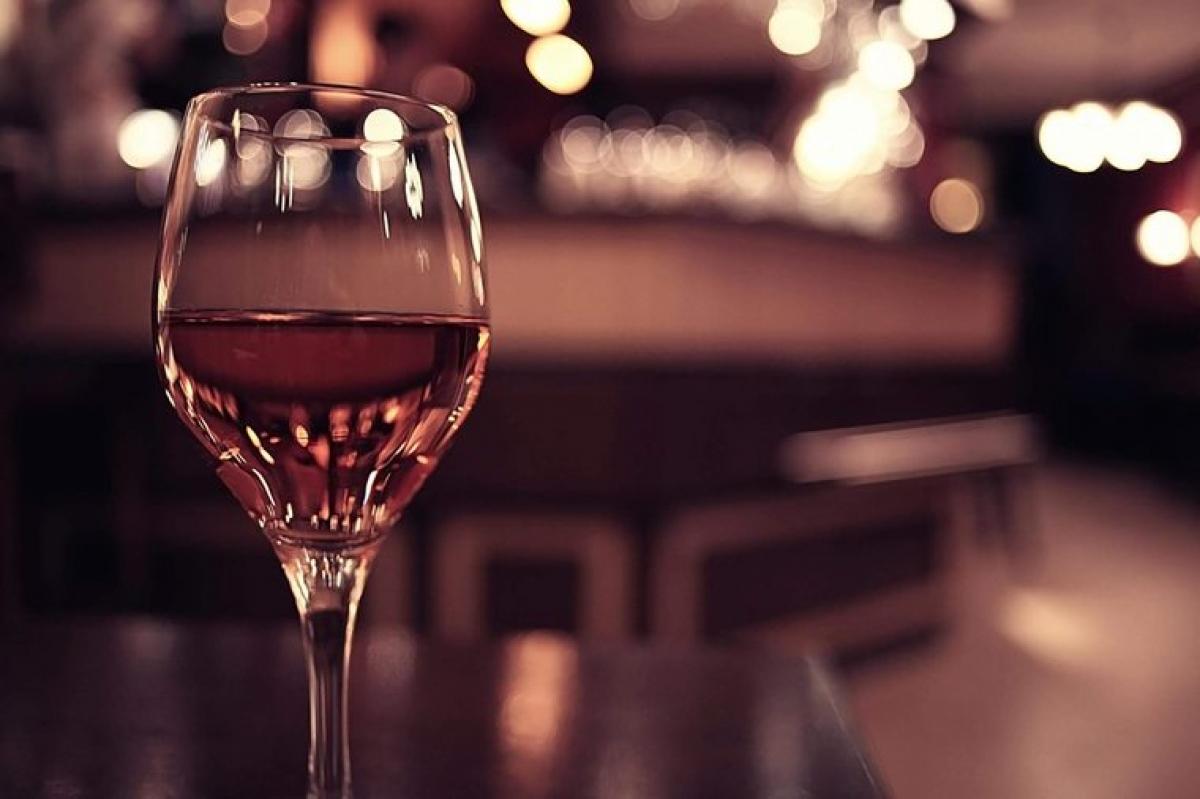 Uống rượu vang: Uống rượu vang với lượng vừa đủ có thể đem lại một số lợi ích cho sức khỏe của bạn, bao gồm cả lợi ích đối với não bộ. Trong một nghiên cứu năm 2017 đăng trên tạp chí Science Reports, các tình nguyện viên tham gia vào một hoạt động học từ mới, sau đó một nhóm uống rượu và một nhóm không. Vào buổi sáng ngày hôm sau, những người uống rượu cho thấy khả năng ghi nhớ từ mới đã học tốt hơn những người không uống.