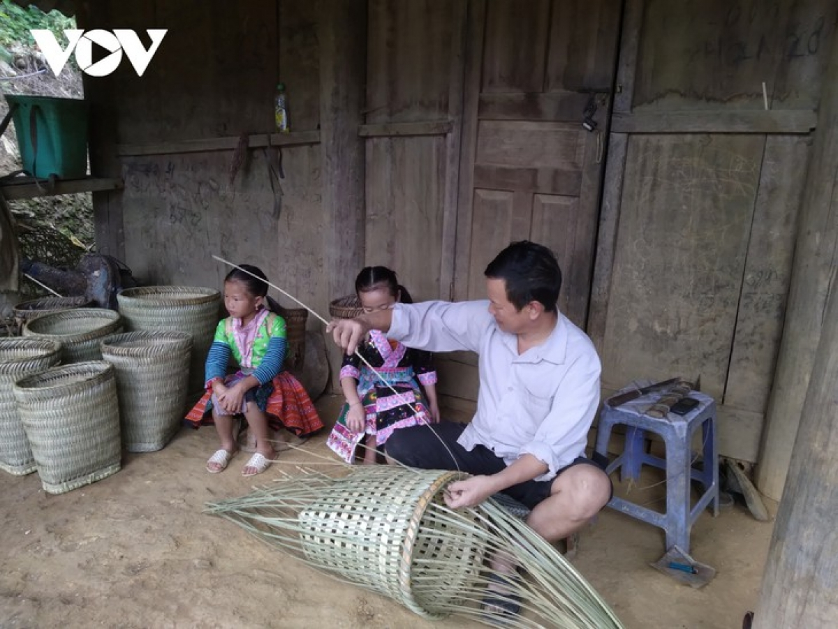 Making bamboo papooses is Mong men's work.