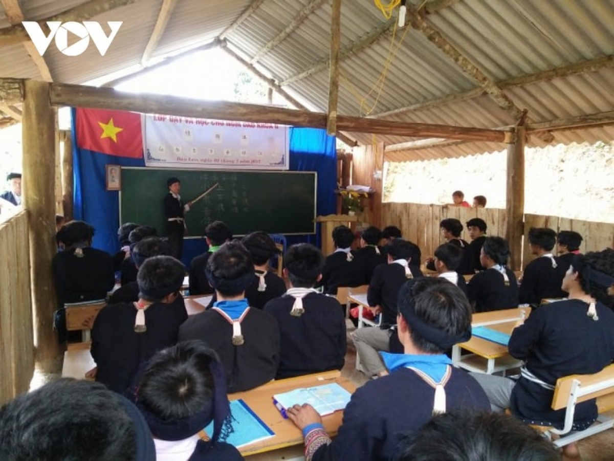 A Dao language class taught by Ban Van Duc
