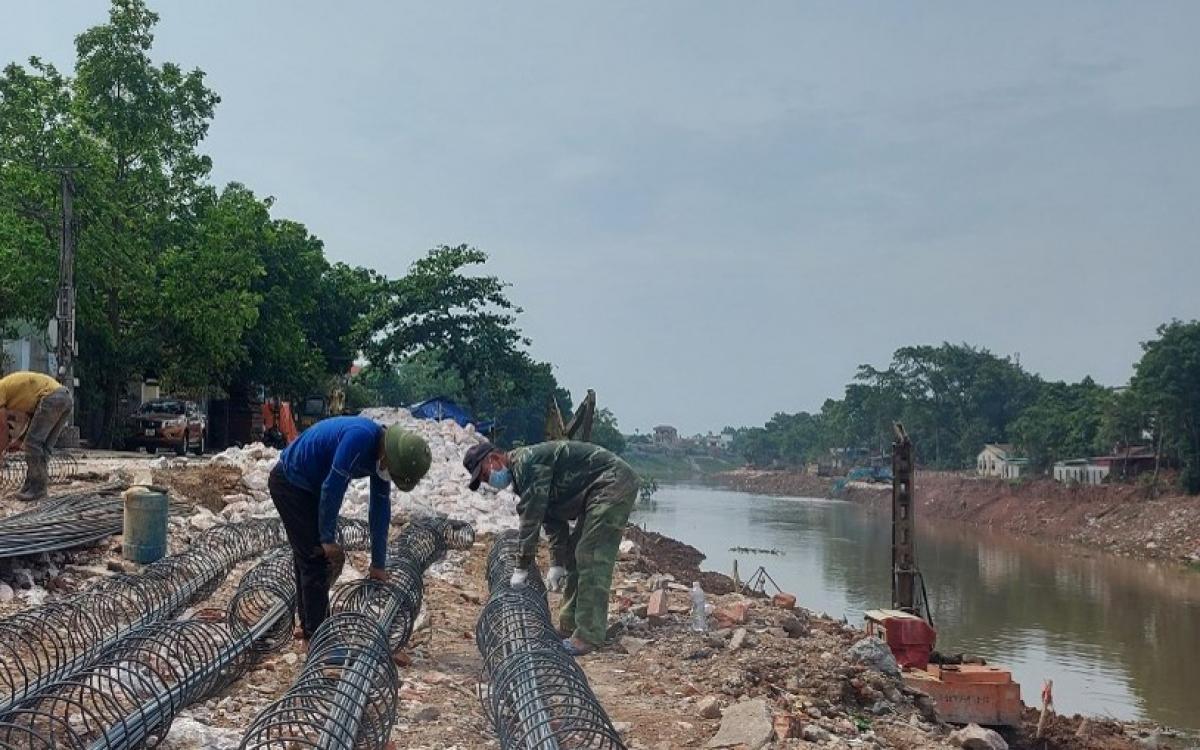 Thi công công trình xử lý sự cố sạt lở bờ sông Bùi, sông Đáy, trên địa bàn huyện Mỹ Đức