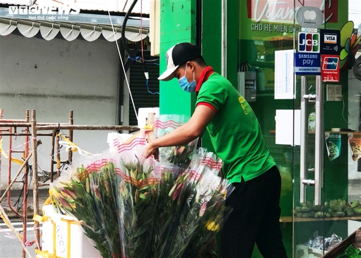 """District 7 is among the first localities in Ho Chi Minh City to enter a """"new normal"""" state. A flower and food outlet opens from the early morning on September 15, although there are no customers coming to buy goods directly as they are still in the habit of making orders by phone."""