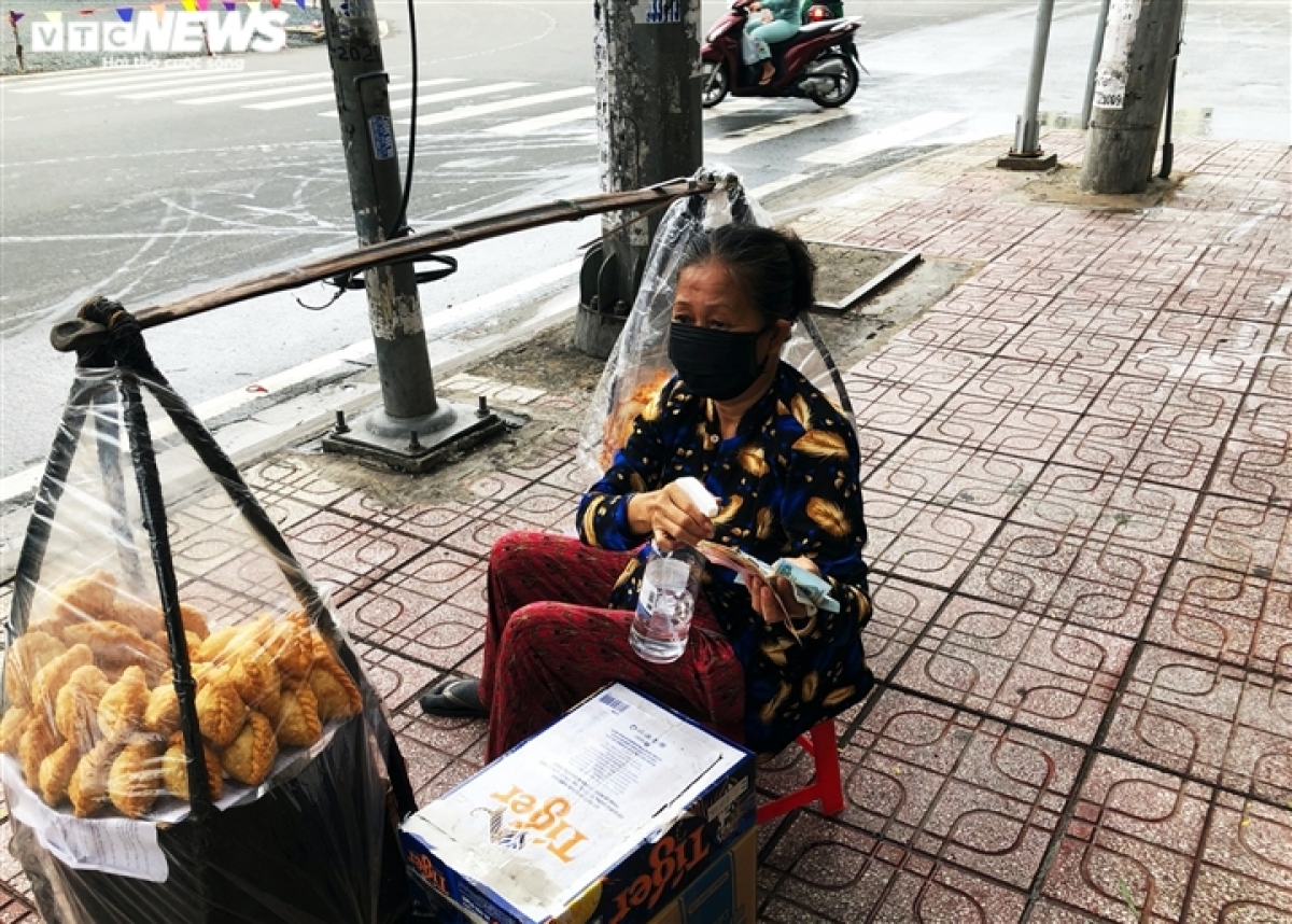 A street vendor residing in District 7 opens her outlet from 6 a.m., although only a few customers come during the initial two hours.