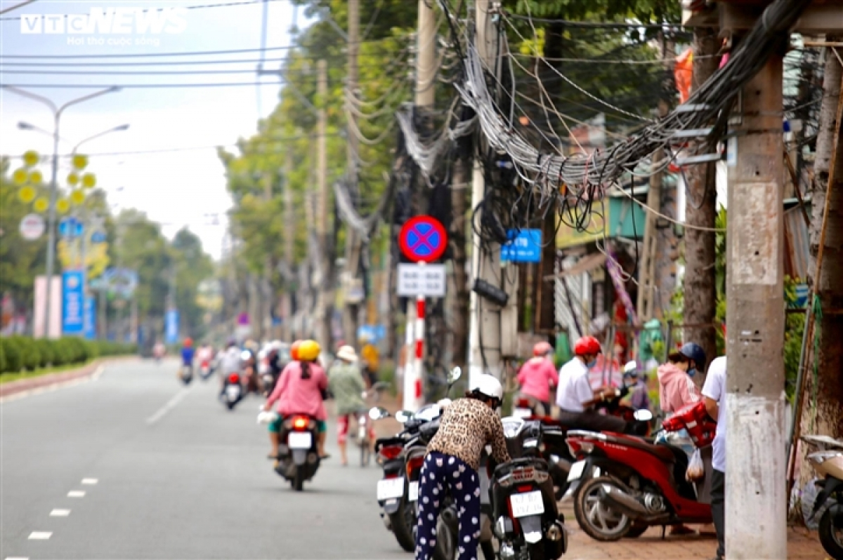 Residents begin to head back into the streets of Binh Duong province on the morning of September 15 as local authorities begin to ease COVID-19 restrictions.