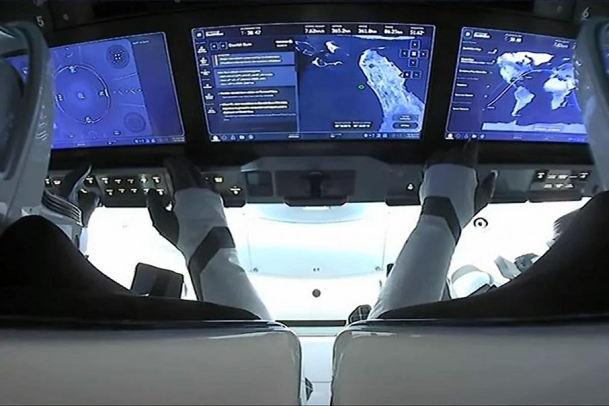 Phi hành đoàn Inspiration4 của SpaceX bên trong tàu Crew Dragon khi quay trở về Trái đất hôm 18.9. Ảnh: SpaceX.