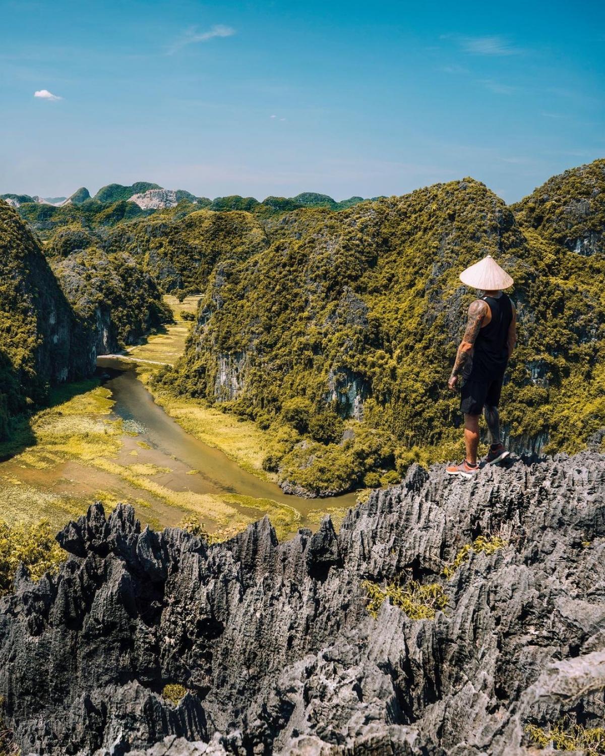 Steven D'Avignon là người gốc Pháp, đang sinh sống tại Québec, Canada. Anh là một nhiếp ảnh gia, nhà làm phim chuyên về chụp ảnh từ trên cao và phong cảnh. Trong 14 năm qua, Steven D'Avignon đã đặt chân tới nhiều quốc gia và những nơi anh ấn tượng nhất là New York (Mỹ), Bali (Indonesia) và Việt Nam.