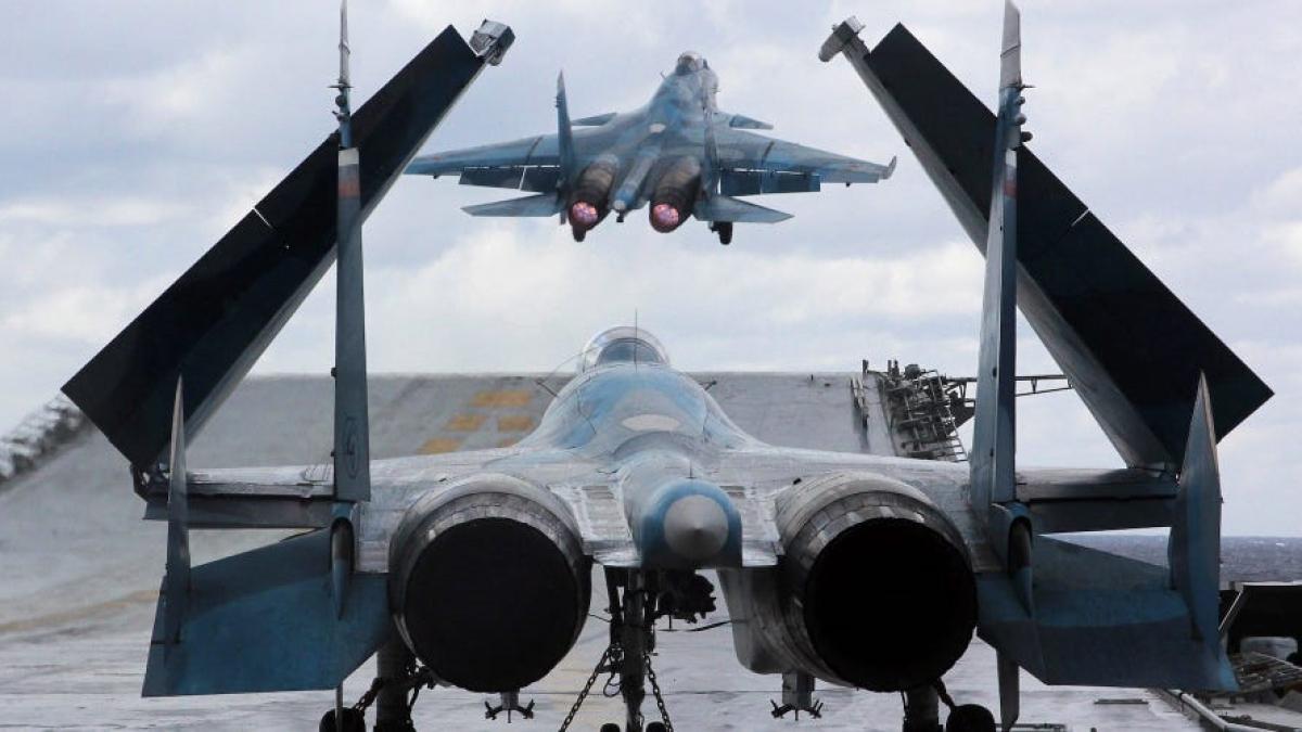 Một chiếc Su-33 cất cánh từ tàu Đô đốc Kuznetsov ở biển Địa Trung Hải, ngoài khơi Syria, ngày 10/1/2017. Ảnh: TASS/Getty Images