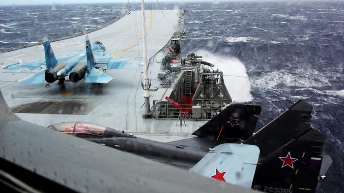 Su-33 (trái) và MiG 29K (phải) trên tàu Đô đốc Kuznetsov ở biển Địa Trung Hải, ngày 8/1/2017. Ảnh: TASS/Getty Images