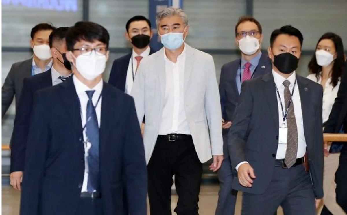 Ông Sung Kim (giữa) đến Sân bay quốc tế Incheon, Hàn Quốc, hôm 21/8. (Ảnh: Yonhap/AP)