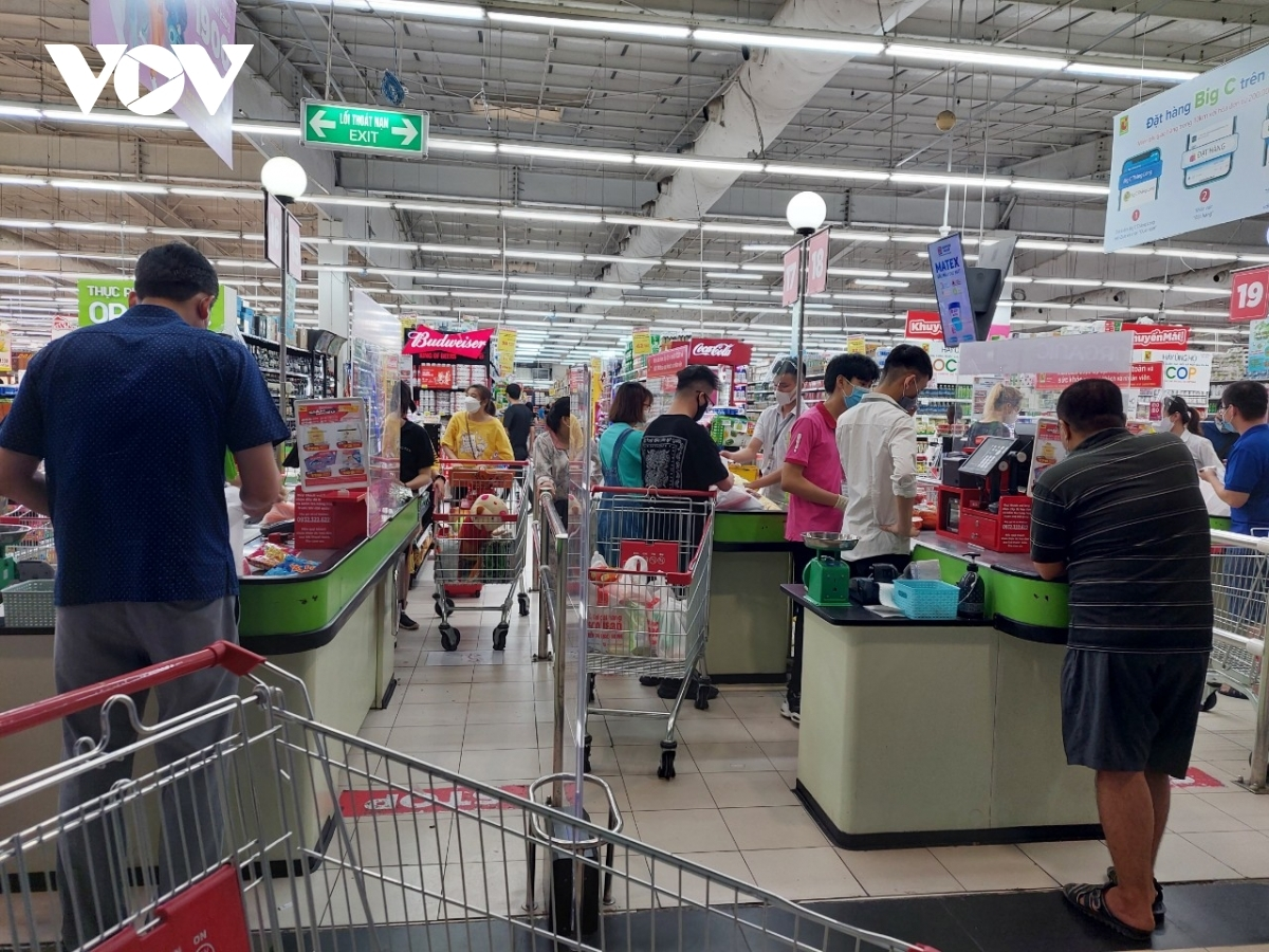 As Hanoi enters a 'new normal' state following the decision by local authorities to ease social distancing measures from September 21, a huge number of customers are seen in supermarkets such as Big C, Co.op mart, and Vinmart.