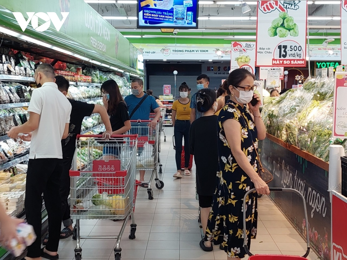 Fruit, vegetables, and fresh food areas at Big C Thang Long supermarket are packed with an array of customers.