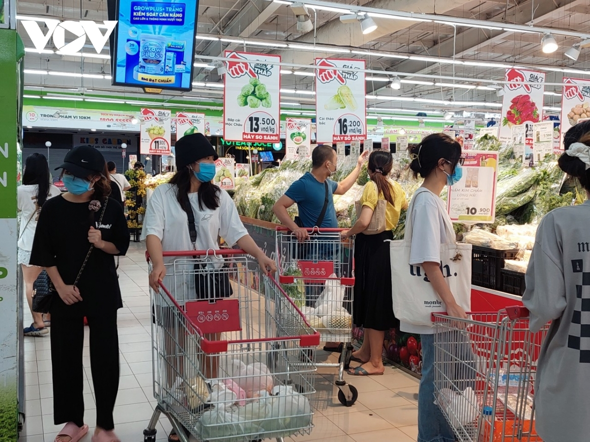 Locals seem to ignore an announcement made by supermarkets regarding the need to comply with the Health Ministry's 5K message.