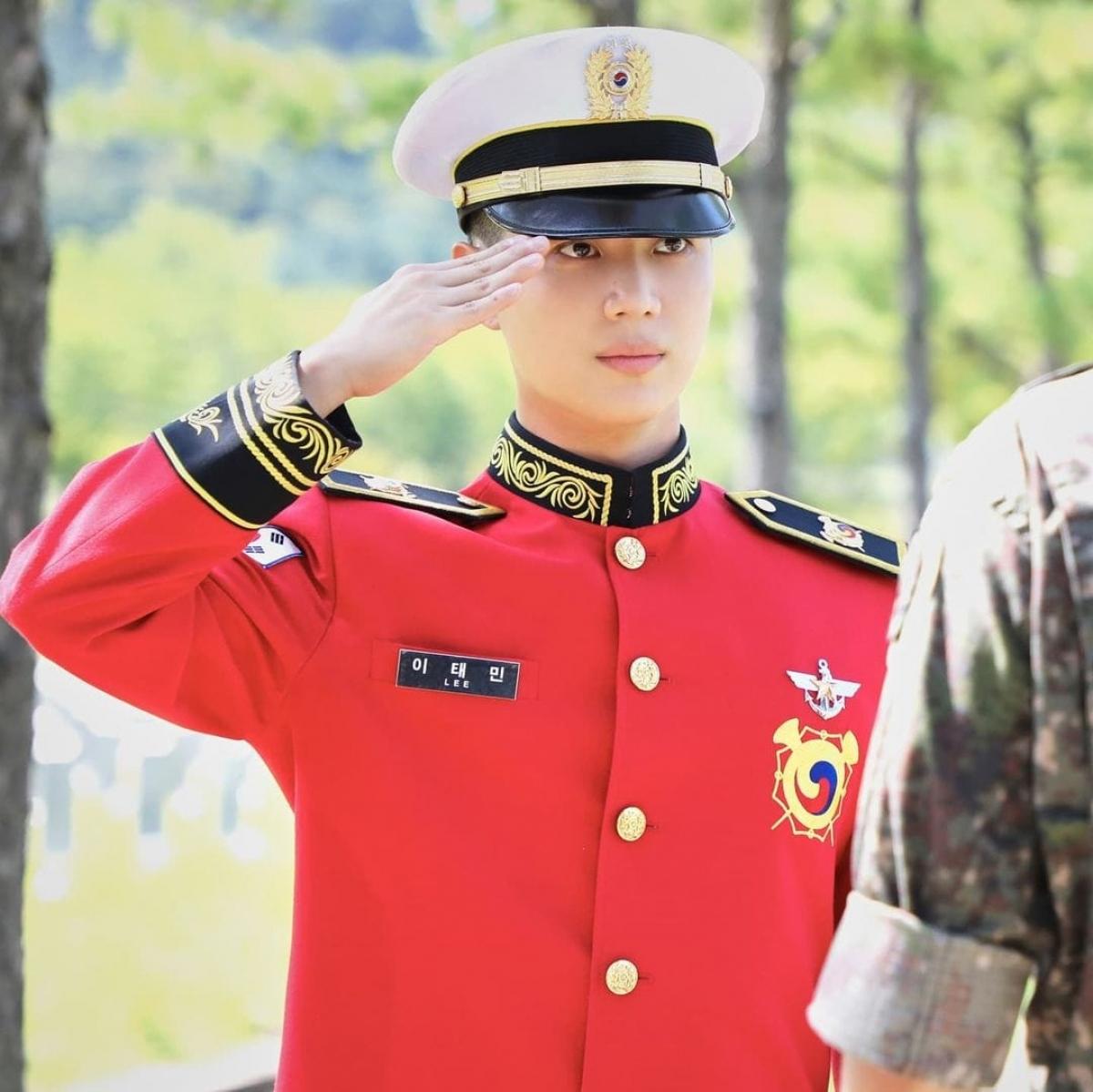 Hình ảnh mới nhất của Taemin (SHINee) trong quân ngũ nhanh chóng gây sốt.