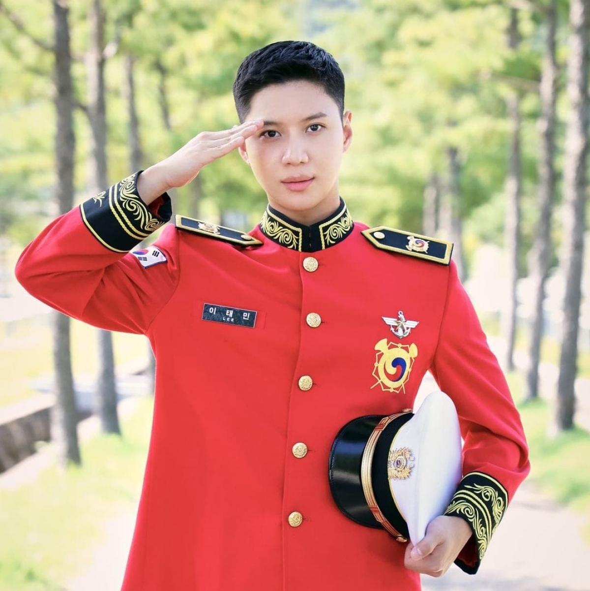 Nam thần tượng xuất hiện điển trai, rạng ngời trong bộ quân phục.