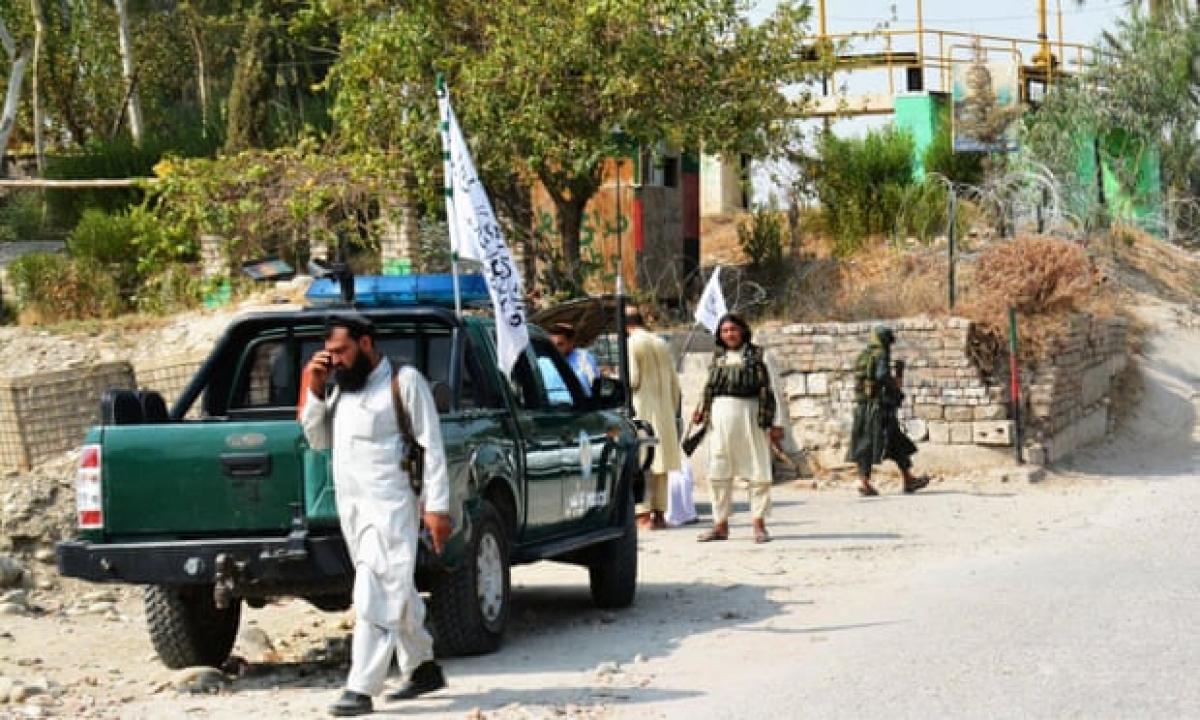 Các thành viên thuộc lực lượng Taliban tuần tra gần địa điểm xảy ra vụ nổ ở Jalalabad, thủ phủ tỉnh Nangarhar ở phía đông Afghanistan. Ảnh: AFP