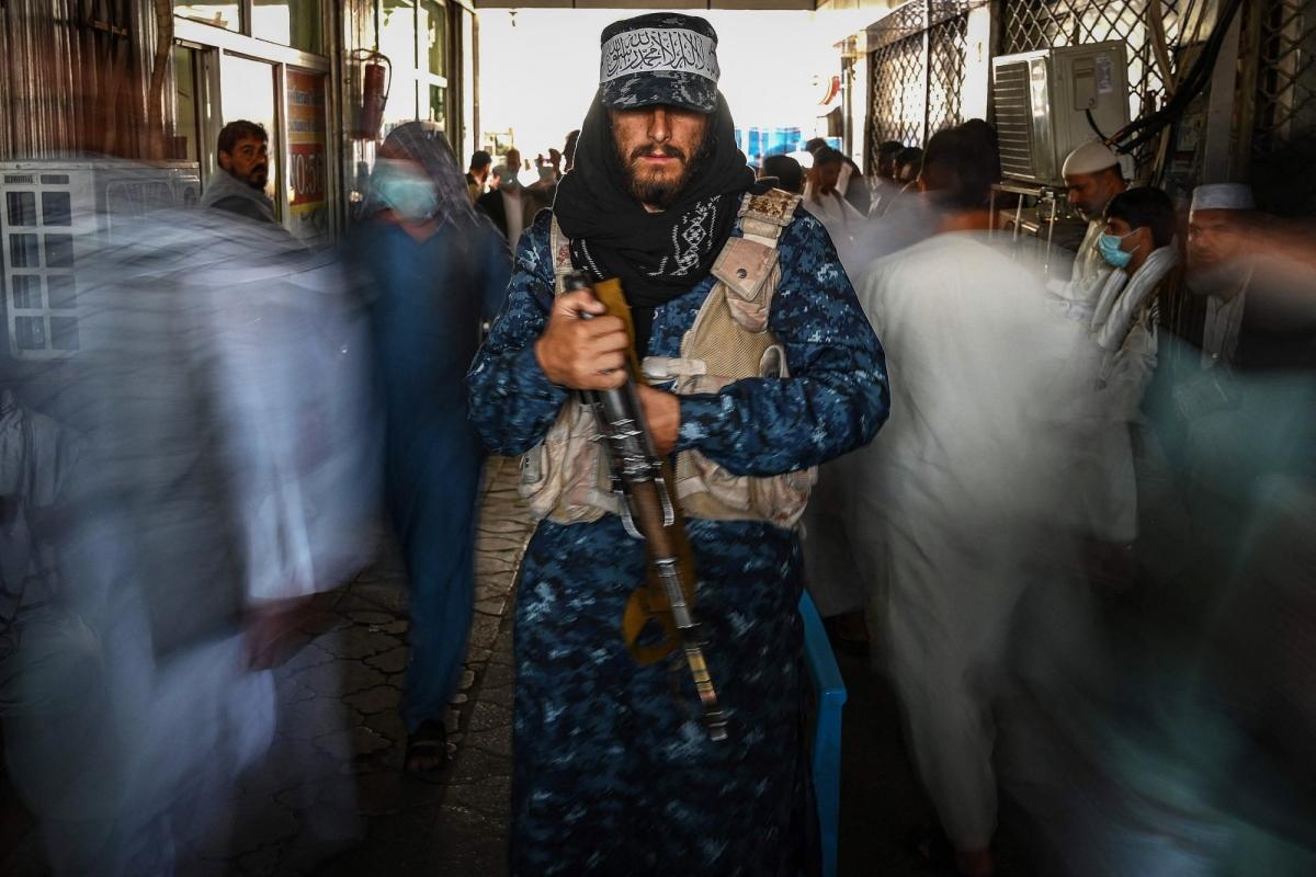 Một tay súng Taliban đứng canh gác ở một khu chợ tại kabul, Afghanistan ngày 5/9. Ảnh: AFP