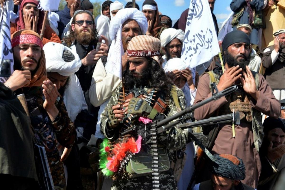 Các tay súng Taliban cùng dân làng ở tỉnh Laghman, miền đông Afghanistan. (Ảnh: AFP/Getty Image)