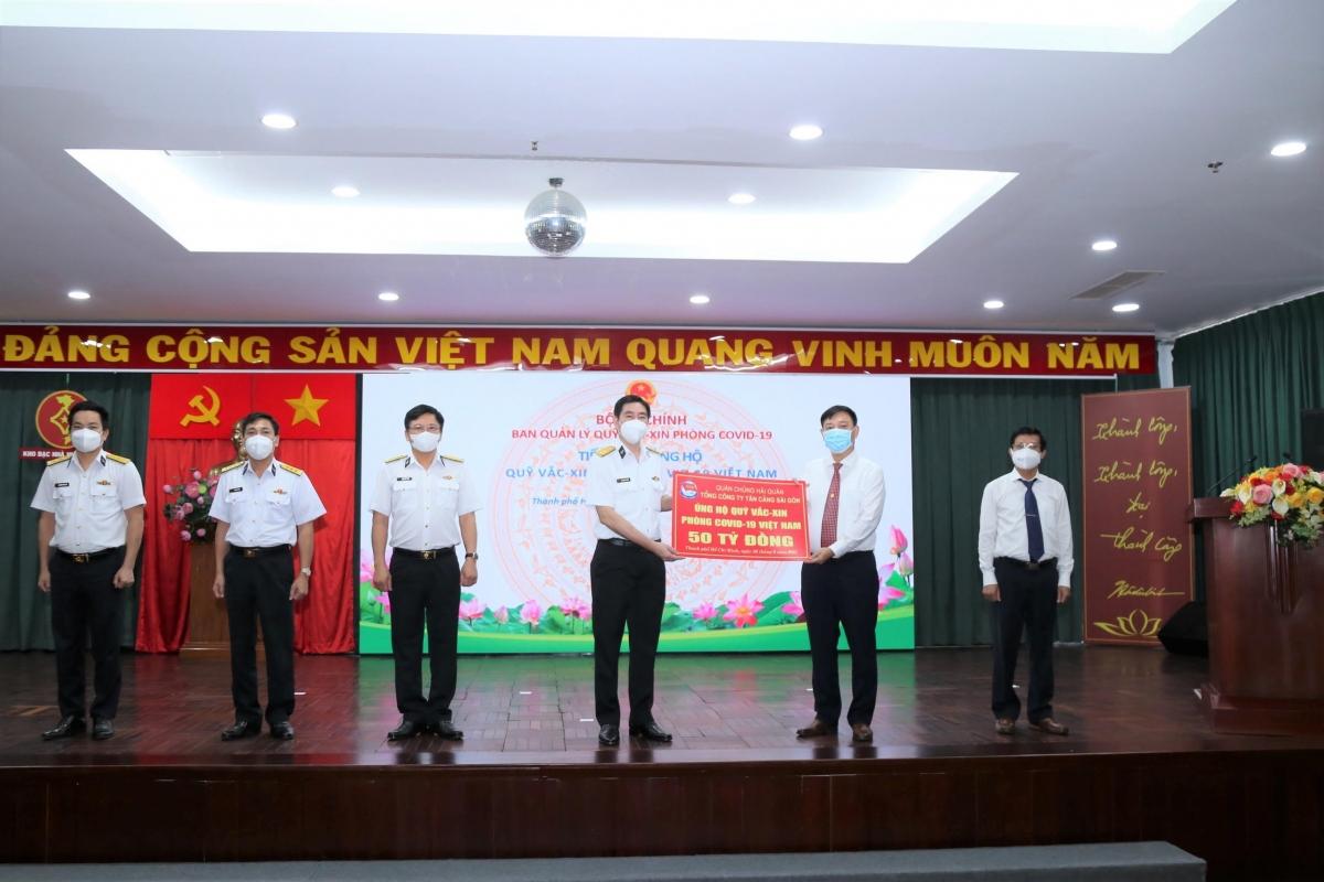 Tổng Công ty Tân Cảng Sài Gòn trao tặng 50 tỷ đồng cho Quỹ vaccine phòng, chống Covid-19 của Chính phủ.