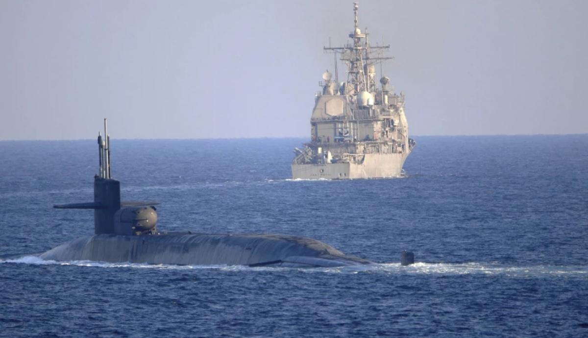Tàu ngầm và tàu tuần dương của Mỹ di chuyển qua Eo biển Hormuz. Ảnh: Hải quân Mỹ