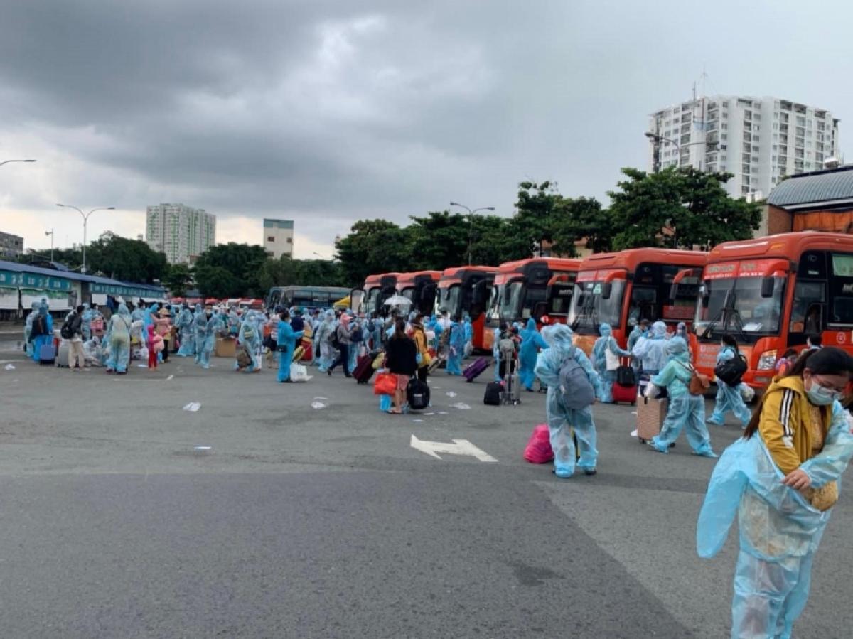 122 thai phụ và 23 trẻ em còn lại được đón bằng ô tô, xuất phát từ bến xe Miền Đông, TP.HCM (Ảnh: Thiên Quỳ Tử)