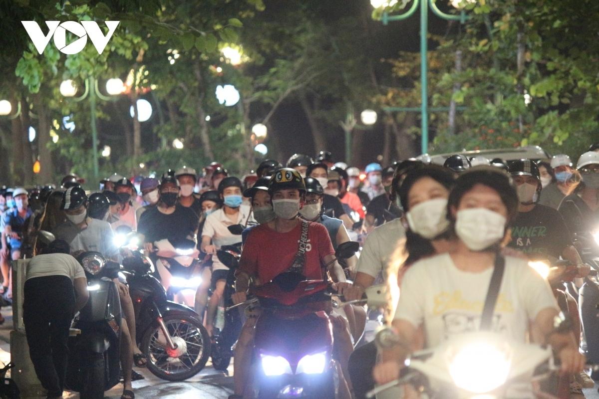 Tại đường Thanh Niên tối qua, tình trạng tắc đường kéo dài diễn ra khi lượng người và phương tiện tham gia quá đông.