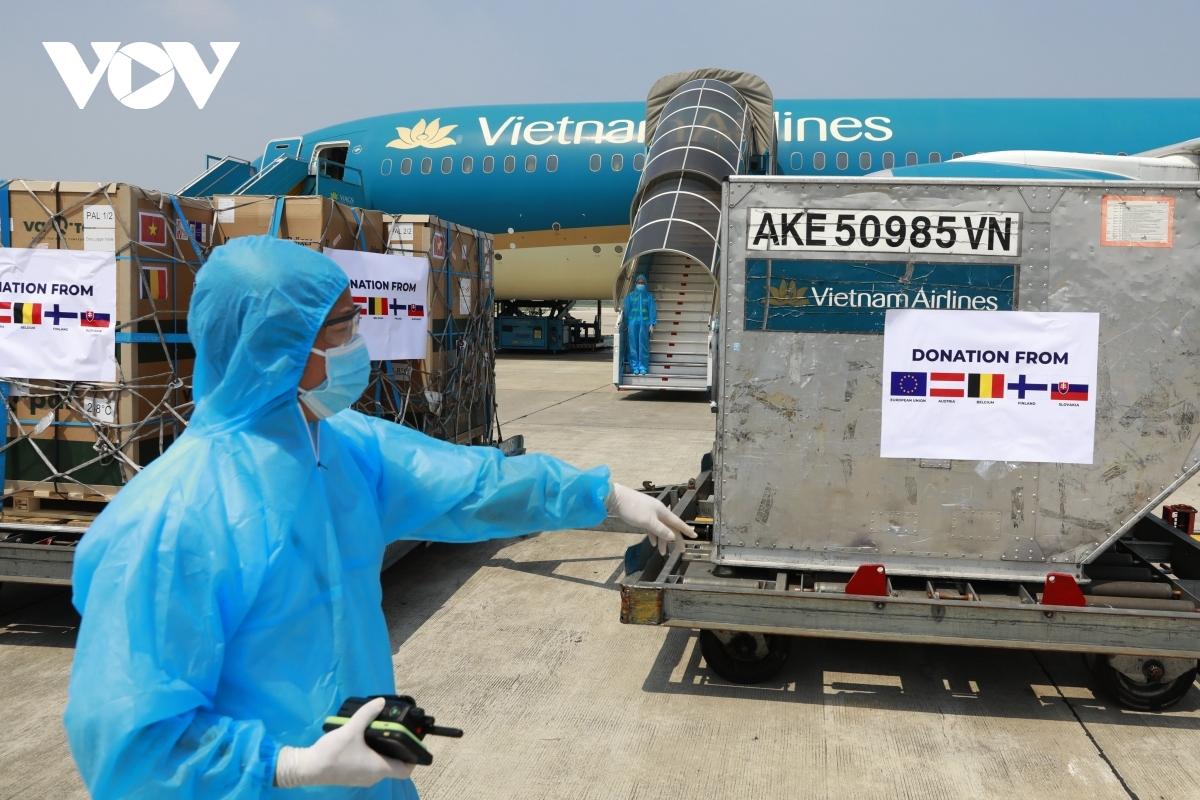 200,000 doses of the AstraZeneca vaccine are transported to Noi Bai International Airport.