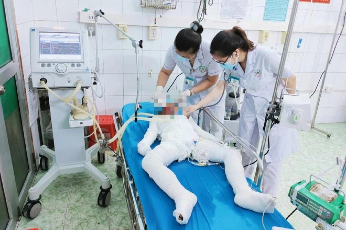 3 chị em ruột, được đưa đến bệnh viện cấp cứu trong tình trạng bỏng xăng toàn thân, rất nguy kịch.
