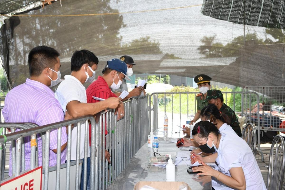 Lực lượng liên ngành kiểm soát khai báo y tế người dân vào thành phố theo quy định (Ảnh: Công an thành phố Hải Phòng)