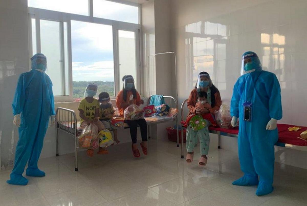 Cán bộ nhân viên công tác tại bệnh viện trực tiếp đến từng phòng để tặng quà trung thu cho thiếu nhi.