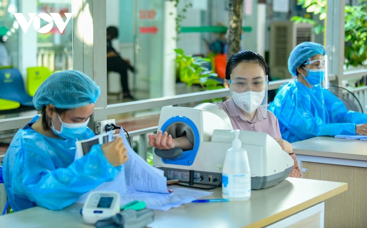Thai phụ khám sàng lọc trước khi tiêm vaccine COVID-19 tại Bệnh viện Thanh Nhàn.