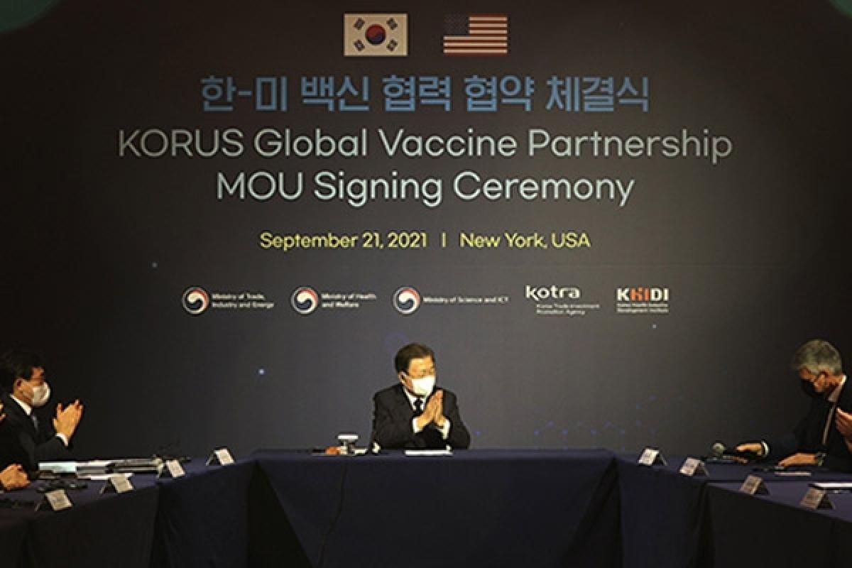 Tổng thống Hàn Quốc chứng kiến lễký kết hợp tác vaccine Hàn - Mỹ. Ảnh: Yonhap
