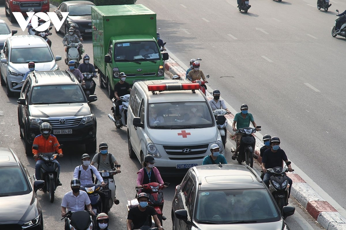 An ambulance faces difficulty as it travels through the city.