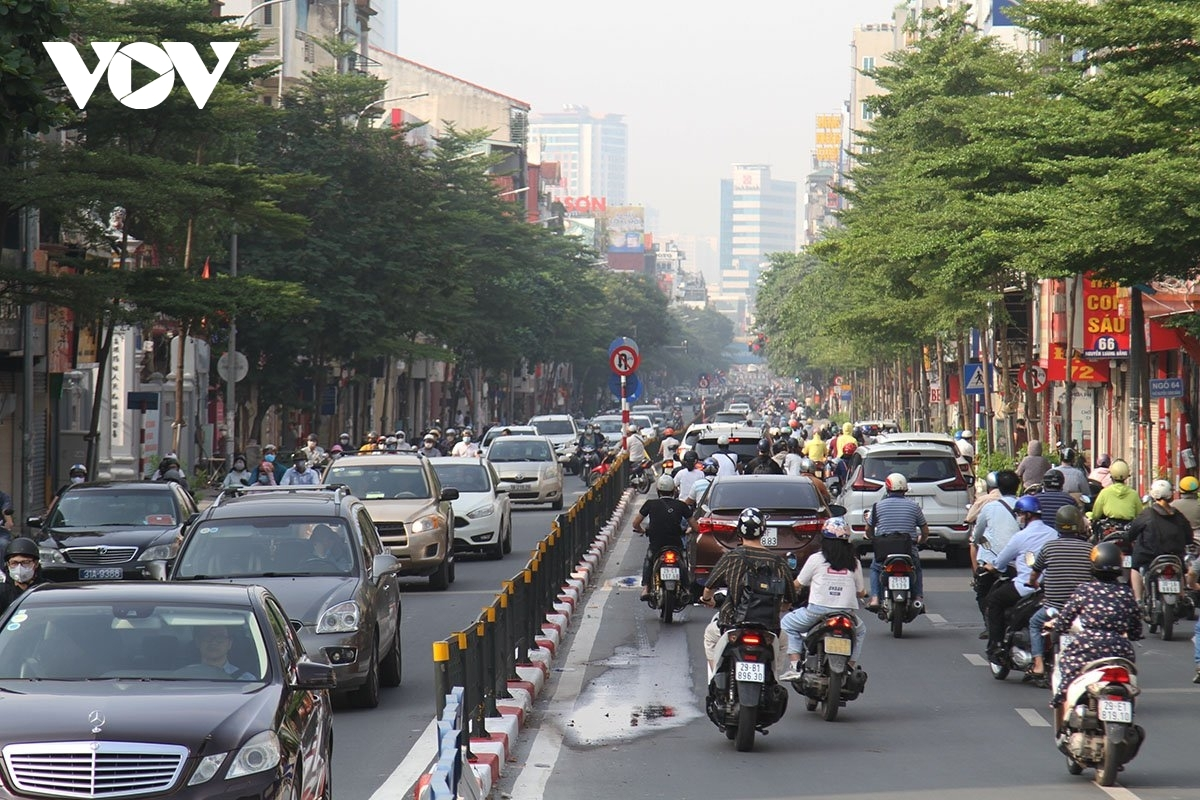Heavy traffic forms on Nguyen Luong Bang street.