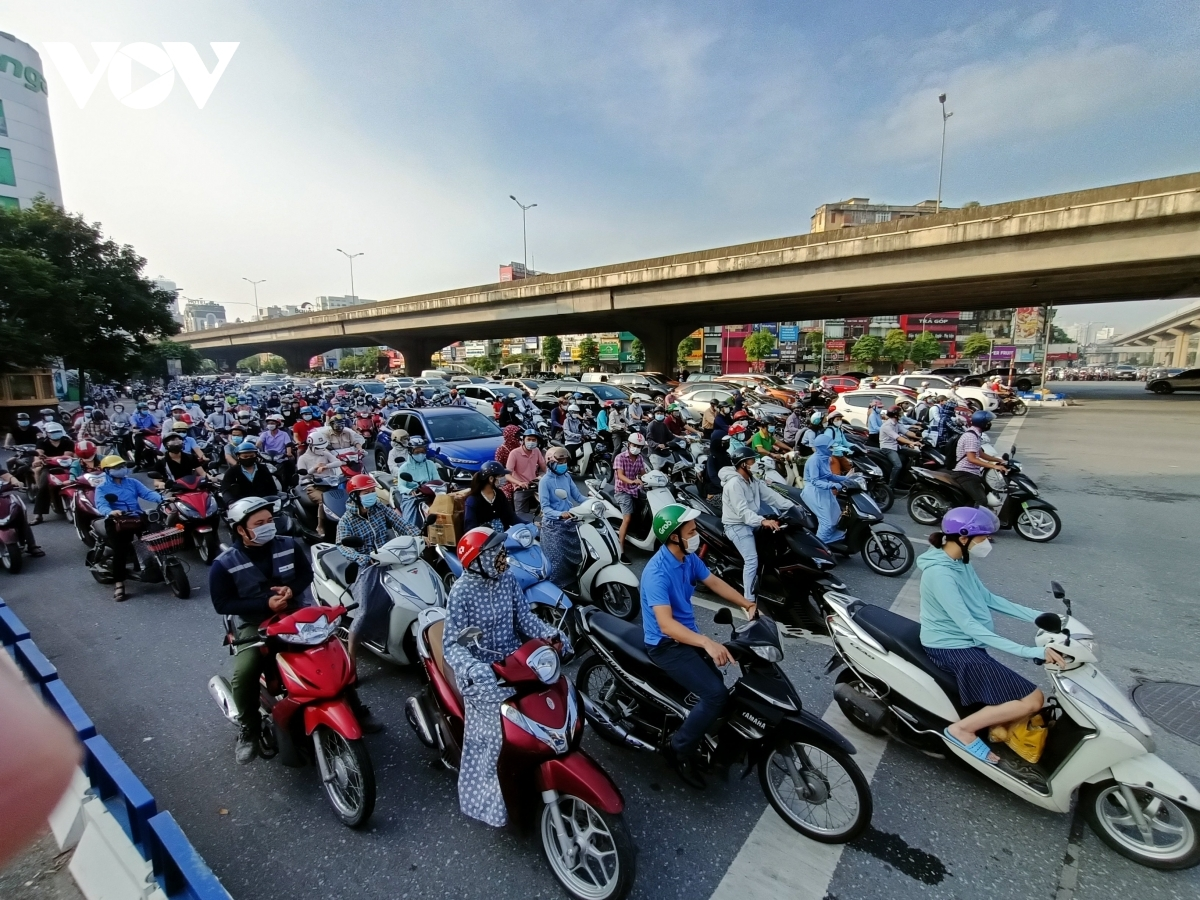 Crowds of vehicles halt as they wait for the lights to turn green at the crossroads on Nguyen Trai and Khuat Duy Tien.