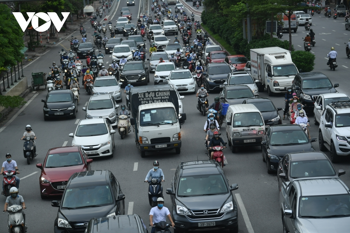 A large number of vehicles travel on roads amid local citizens going to their offices on the morning of September 17.