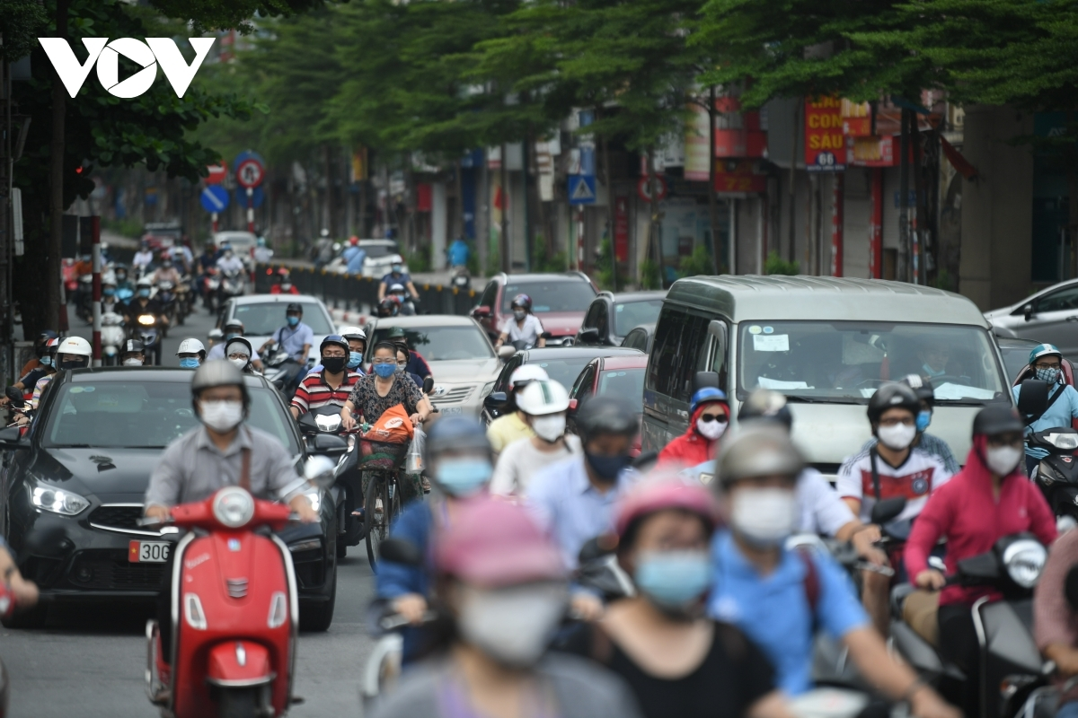 Vehicles are forced to move at a snail's pace as a result of the severity of the traffic forming on Nguyen Luong Bang street.
