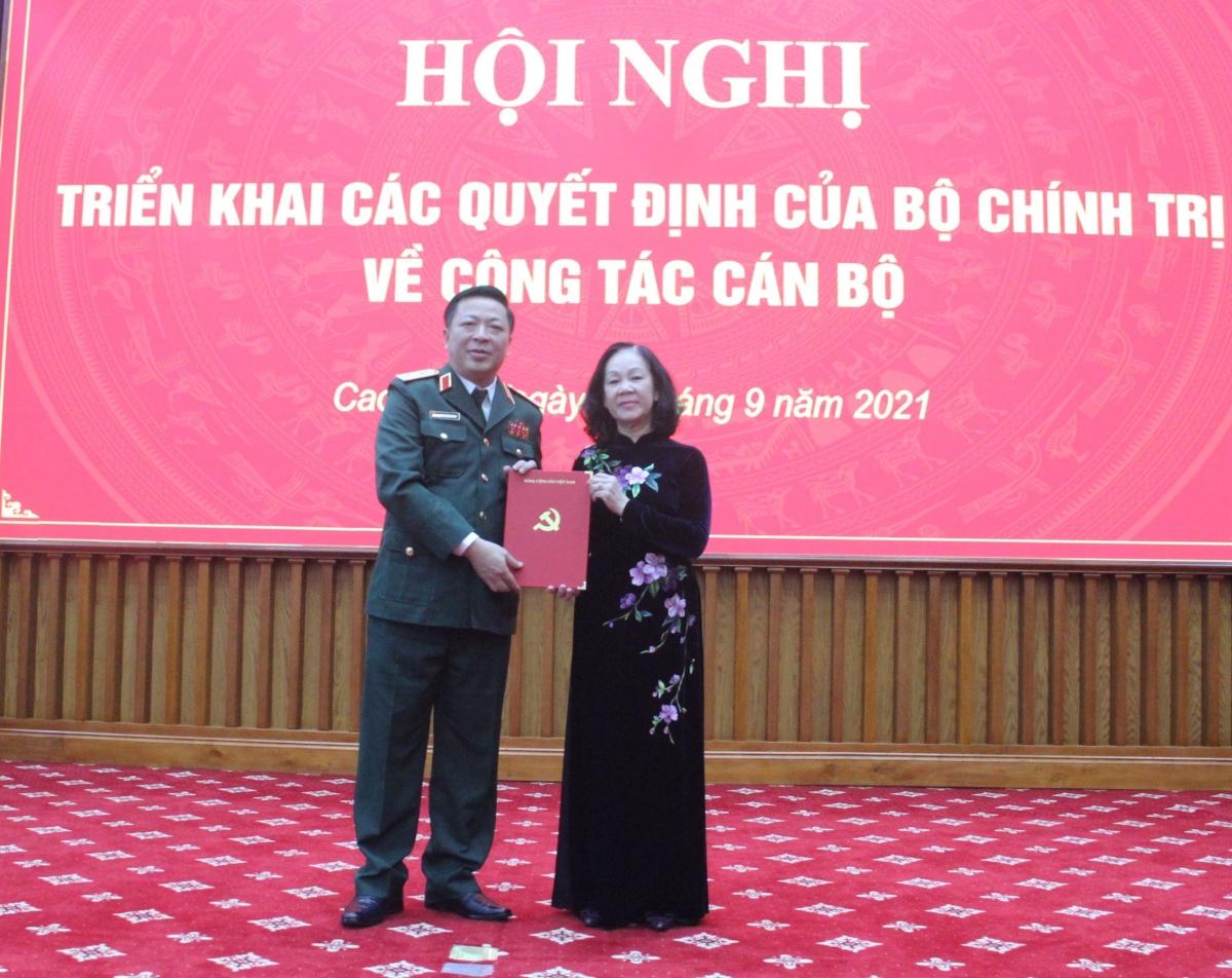 Ủy viên Bộ Chính trị, Trưởng Ban Tổ chức Trung ương Trương Thị Mai trao Quyết định của Bộ Chính trị cho Trung tướng Trần Hồng Minh