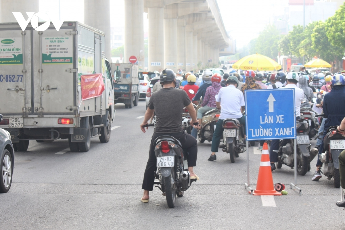 A driver without any certificate even goes into the green lane for cars in an effort to pass through the checkpoint.