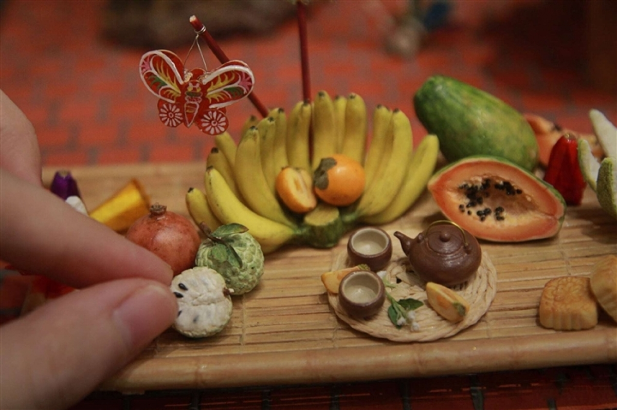 A gift shop located in Hanoi has made miniature folk toys and trays, attracting plenty of attention.