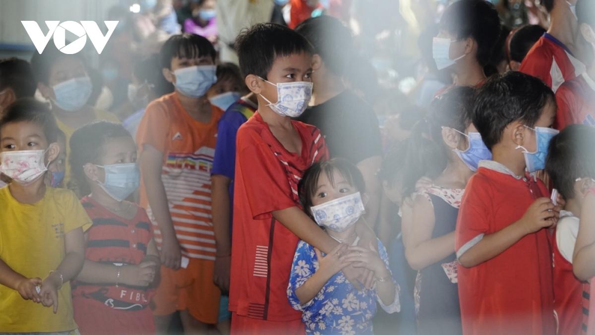 Trẻ em mắc Covid-19 tại Bệnh viện dã chiến số 1 - cơ sở 2, ở thị xã Bến Cát, tỉnh Bình Dương.