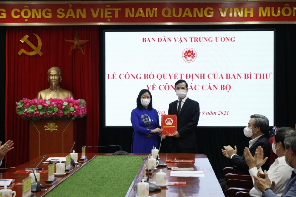 Trưởng Ban Dân vận Trung ương Bùi Thị Minh Hoài đã trao Quyết định cho ông Triệu Tài Vinh, Phó Trưởng Ban Dân vận Trung ương