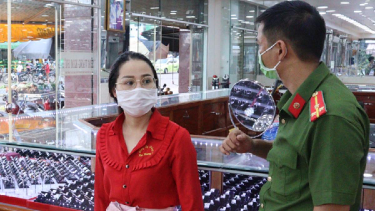 Công an mời nghi phạm Lương Thị Nhung về trụ sở làm việc. (Ảnh: DH)