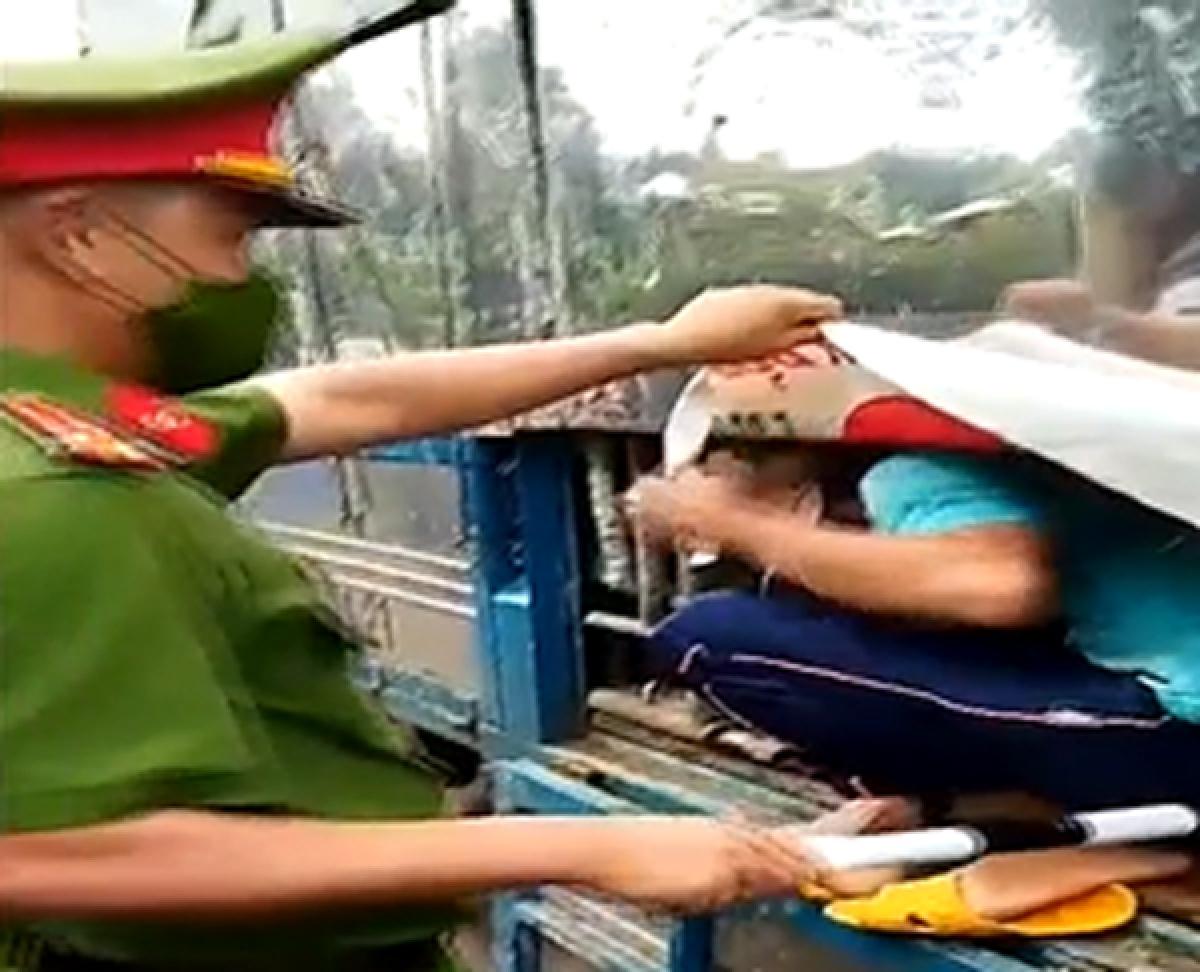 Công an phát hiện những người trốn trong thùng xe tải qua chốt kiểm soát.