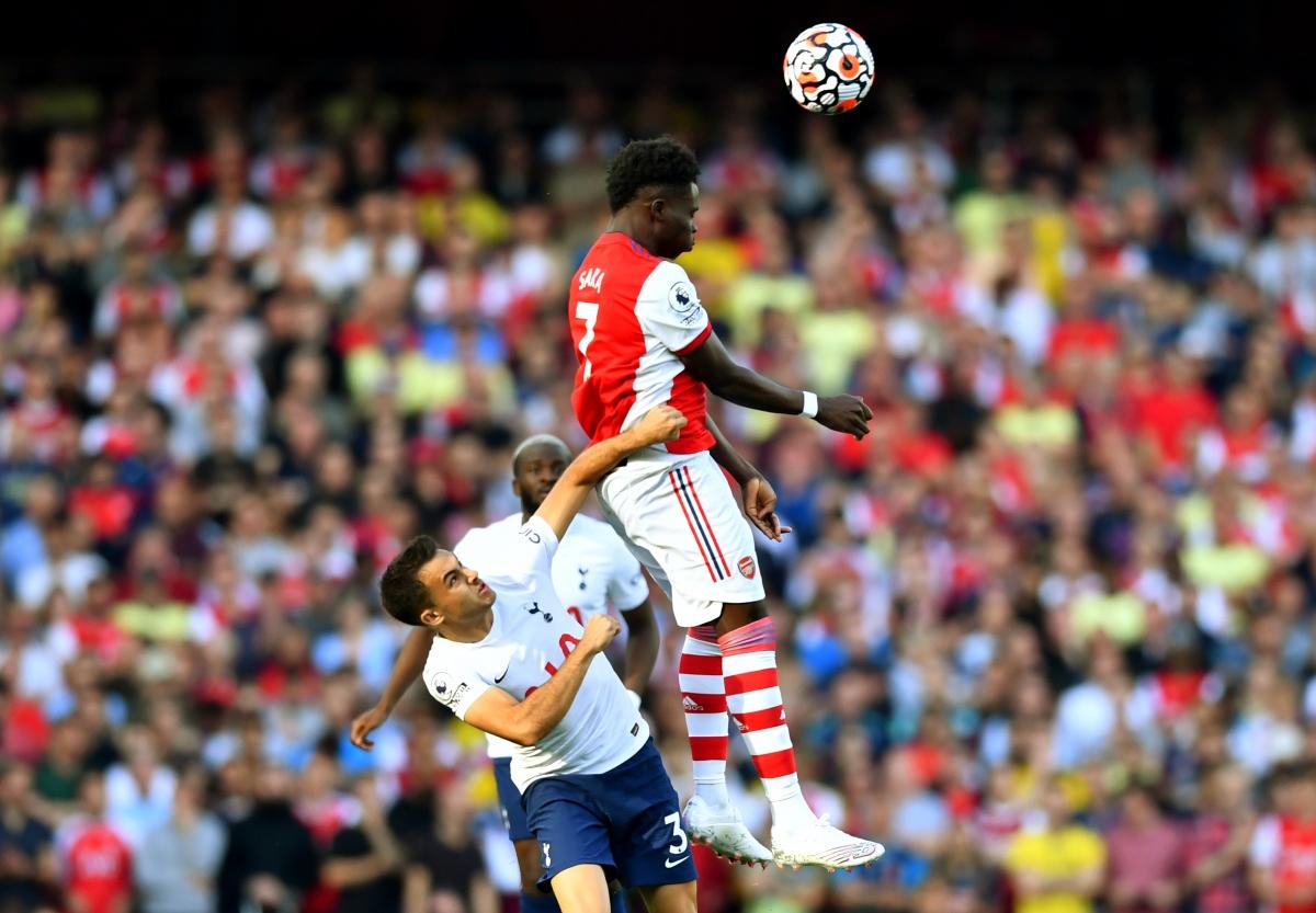 Cầu thủ 2 đội tranh chấp rất quyết liệt (Ảnh: Reuters).