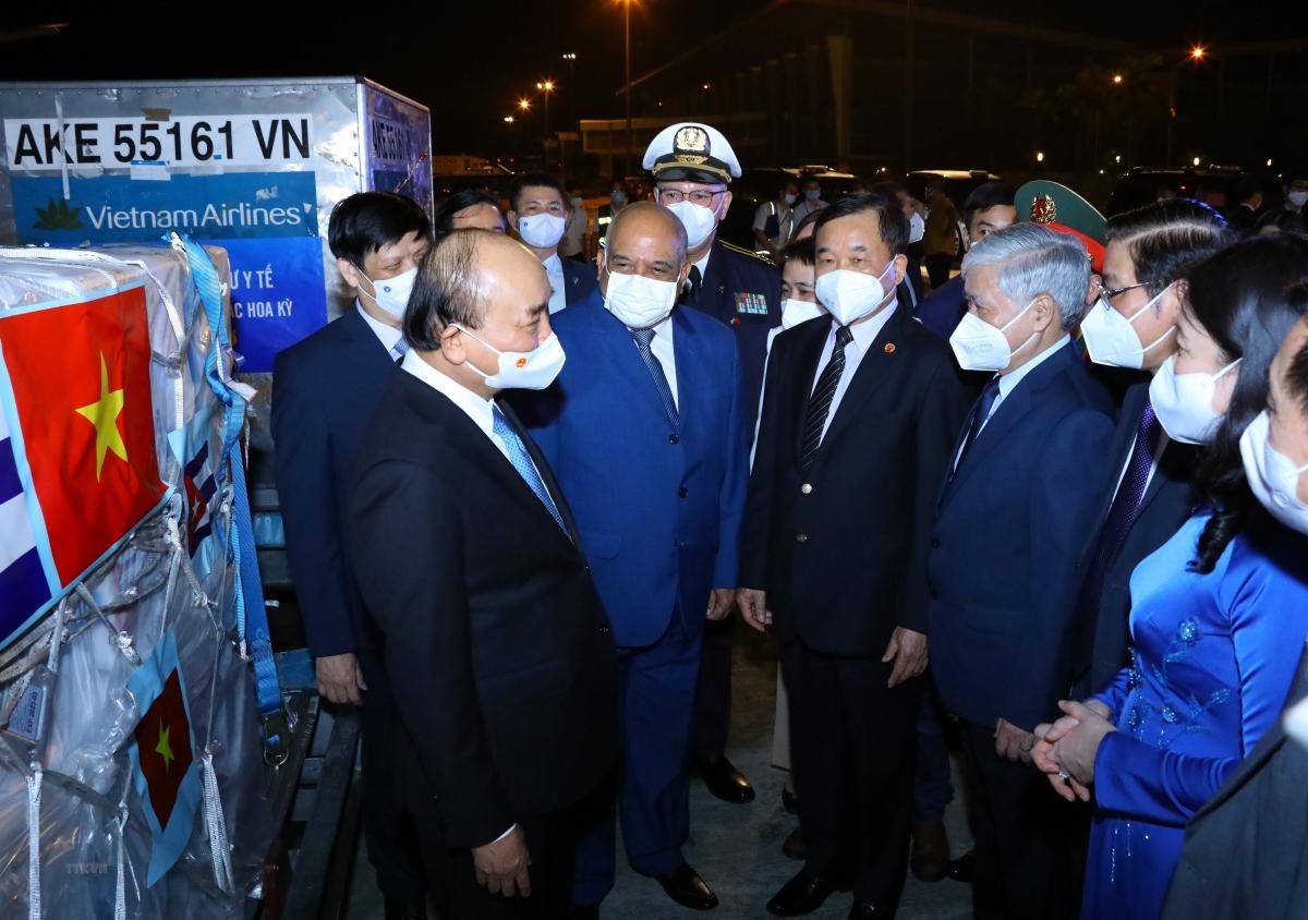 Chủ tịch nước Nguyễn Xuân Phúc và các đại biểu tại lễ tiếp nhận vaccine, thiết bị và vật tư y tế phòng, chống dịch COVID-19. (Ảnh: Nguyễn Điệp/TTXVN)
