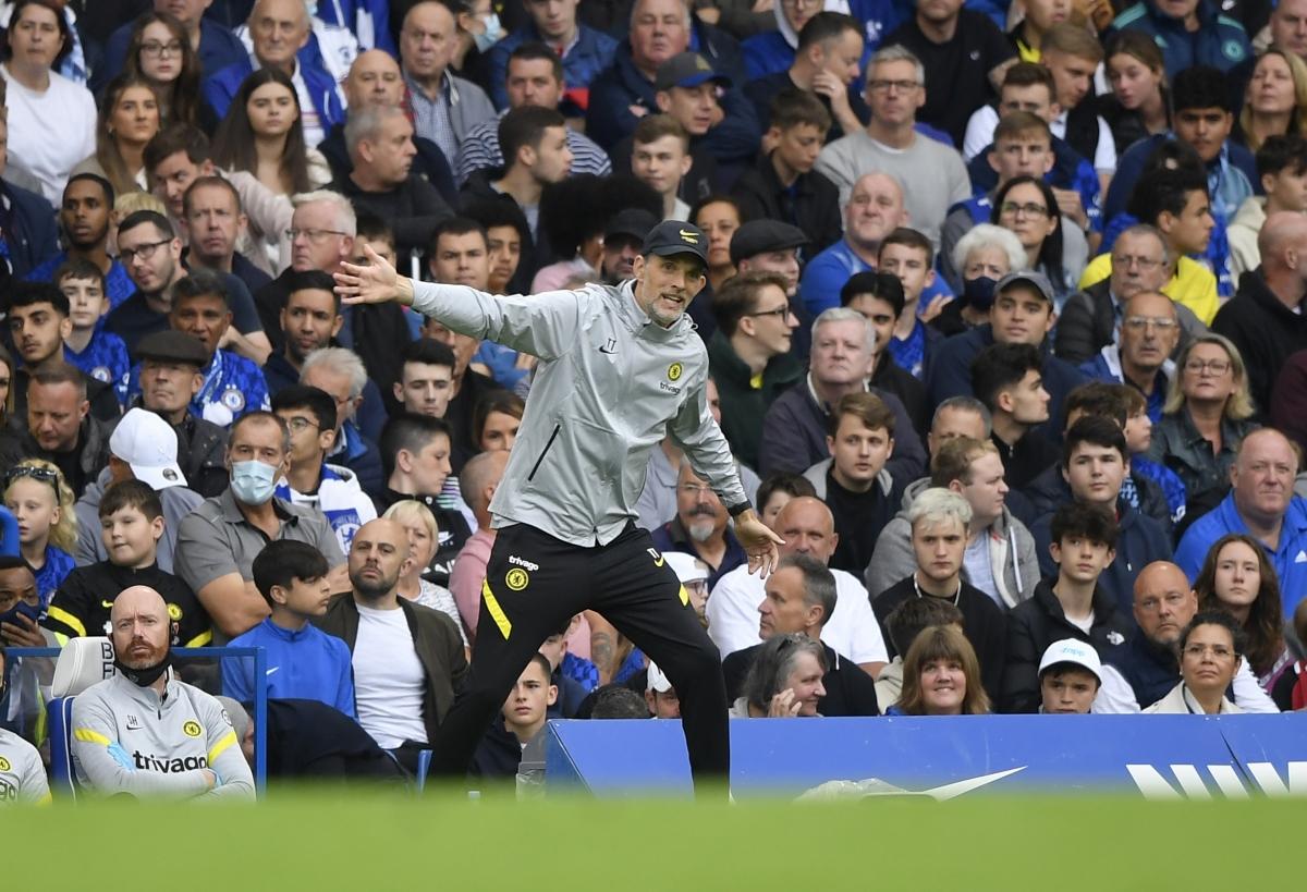 HLV Tuchel ra sát đường biên chỉ đạo các cầu thủ Chelsea. (Ảnh: Reuters).